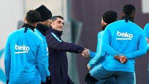 Valverde fue felicitado por su renovación, pero no pasó por el pasillo