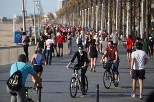 Varios ciudadanos se ejercitan o pasean por Barcelona