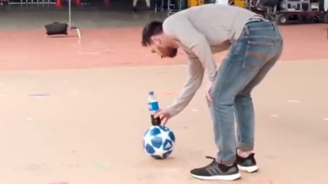 ¡Ver para creer! Messi protagoniza el bottle flip más increíble que has visto jamás