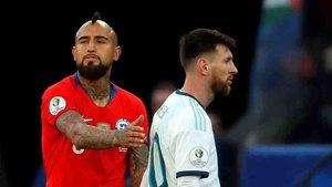 Arturo Vidal consoló a Leo Messi tras su expulsión