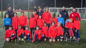 El Benjamín C del Barça, en el entrenamiento, con los chicos de la fundación Itinerarium