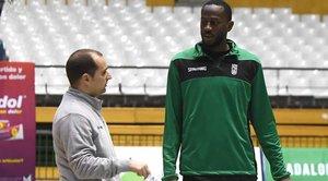 Boungou-colo conversa con el técnico, Carles Duran, en su primer entrenamiento