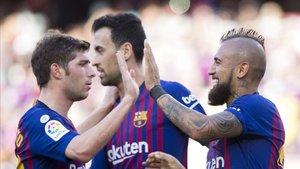 Busquets celebra con Sergi Roberto y Arturo Vidal el 1-0 ante el Getafe