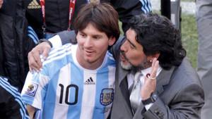 Diego Armando Maradona, seleccionador argentino, felicita a Leo Messi tras el Argentina-Corea del Sur del Mundial de Sudáfrica el 17 d ejunio de 2010