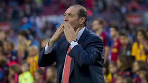 Enrique Castro Quini saluda a la afición del Camp Nou el 23 de abril de 2016 antes de un Barça-Sporting