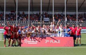 El equipo de España celebra ganar el partido por el tercer puesto femenino de EuroHockey 2019 entre España e Inglaterra en Amberes, Bélgica.