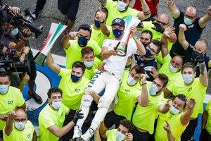 Gasly celebrando su éxito en Italia con Alpha Tauri