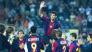 Guardiola, en 2001, fue paseado a hombros después de que el FC Barcelona disputara el último partido de la temporada en el Camp Nou