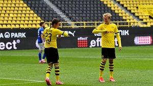 Haaland y Hazard celebran con irónía el primer gol del partido