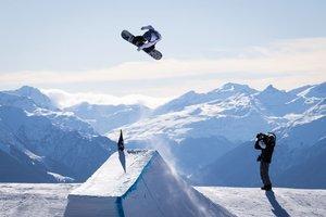 Justus Henkes of USA en acción durante la final del in action durante la final de la competición de snowboard slopestyle en el Laax Open, en Laax, Suiza.