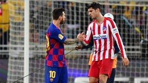 Leo Messi charla con Morata durante el partido