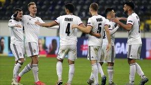 Los jugadores del Basilea celebran uno de los tres goles que consiguieron en Alemania