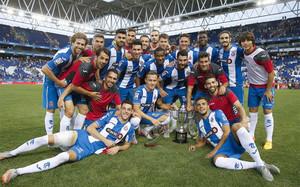 Los jugadores del Espanyol, con el trofeo de campeones