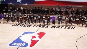Los jugadores de los Lakers y los Clippers se arrodillaron