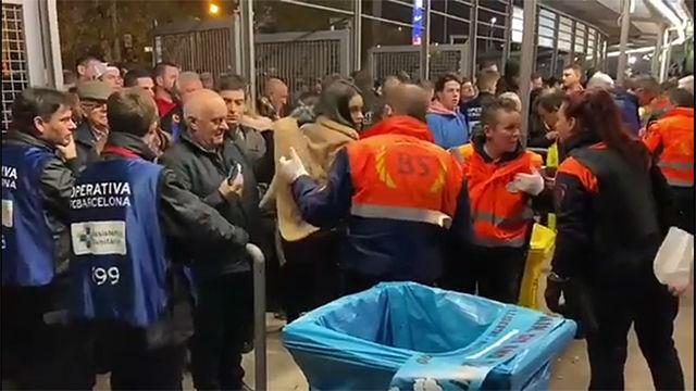 Los registros del Camp Nou no dejan pasar pancartas de Spain sit and talk