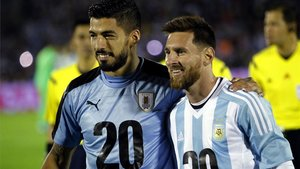 Luis Suárez y Leo Messi se saludaron y abrazaron tras el último precedente, que terminó sin goles