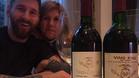 Messi posa junto a su madre y dos botellas de vino