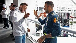 Neymar saluda a Dani Alves en la concentración de Brasil en la Copa América