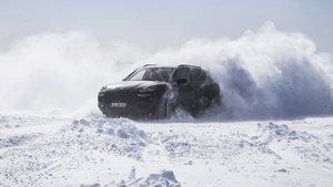 Porsche Cayenne sobre la nieve.