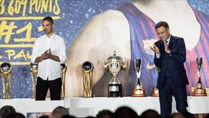 El presidente Bartomeu aplaude a Navarro durante su homenaje