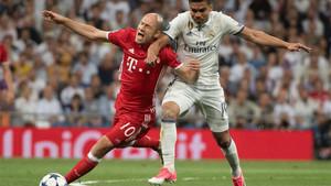 Robben y Casemiro, durante una acción del Real Madrid - Bayern