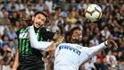 Stefanso Sensi pugnando el balón con Keita Baldé