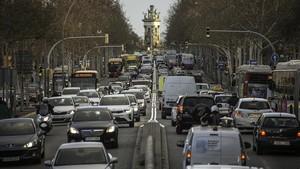 Tráfico denso en Gran Vía (Barcelona).