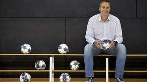 David Barrufet, con siete pelotas que representan sus siete Copas de Europa