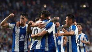 Jugadores del Espanyol abrazándose tras marcar un gol