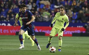 Levante 2 - FC Barcelona 1 - Sanjin Prcic va a por el balón ante Philippe Coutinho durante el partido de ida de octavos de final de Copa del Rey entre el Levante y el FC Barcelona