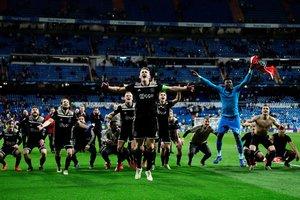 Los jugadores del Ajax celebran al final de la ronda de la Liga de Campeones de la UEFA de 16 partidos de fútbol de la segunda etapa entre el Real Madrid CF y el Ajax en el estadio Santiago Bernabéu en Madrid.