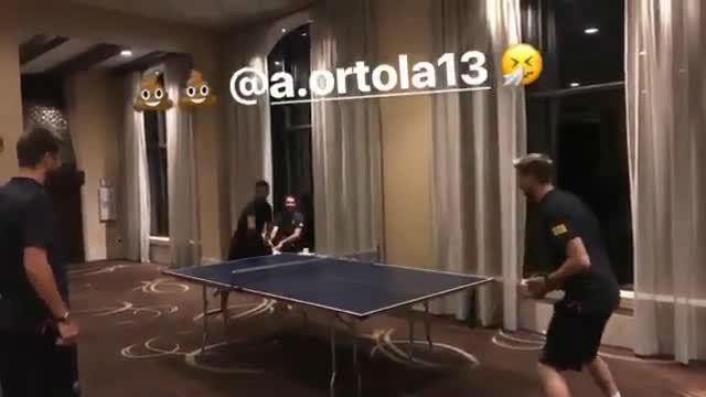 Los jugadores del Barça se divierten jugando al ping pong