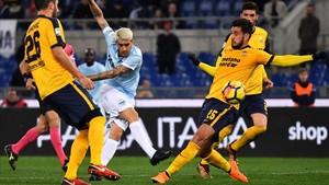 Luis Alberto, muy activo, dio la asistencia del 1-0 a Immobile