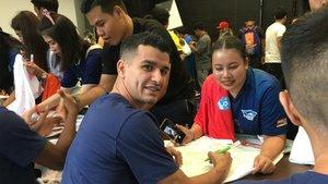 Marcenio, firmando autógrafos este viernes en Bangkok