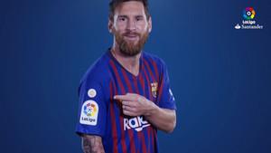 Messi posa con el nuevo logo