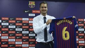 Mortensen luce orgulloso su nueva camiseta con el dorsal número 6