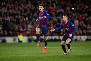 Philippe Coutinho celebra con Arthur Melo tras marcar el primer gol del partido de vuelta de cuartos de final de la Copa del Rey entre el FC Barcelona y el Sevilla FC (6-1) en el Camp Nou
