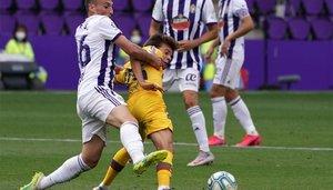 Riqui Puig disputa el balón con Fede San Emeterio durante el Real Valladolid-Barça de La Liga 2019/20