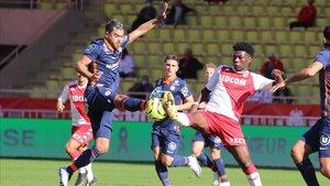 Savanier y Tchouameni se disputan un balón durante el Mónaco-Montpellier