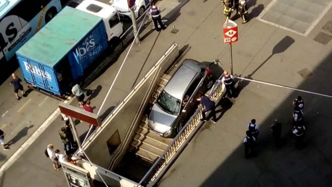 Una conductora encasta su coche en una boca del metro de la plaza Espanya de Barcelona