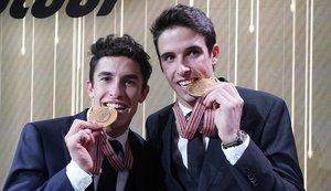Marc y Àlex Márquez muestran las medallas de campeones del mundo de MotoGP y Moto2, en la fiesta de fin de Mundial de ayer en Valencia.