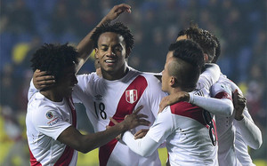 Carrillo celebra con sus compañeros el gol con el que abrió el marcador para Perú