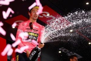 El ciclista esloveno Primoz Roglic del equipo Jumbo-Visma retiene el maillot rosa que le acredita como líder de la general, tras la cuarta etapa del Giro de Italia, de 235 kilómetros, ente Orbetello y Frascati, Italia.