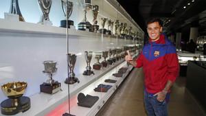 Coutinho junto a las vitrinas del Museo del Barça a las que espera aportar más trofeos a partir de ahora