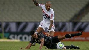 Dani Alves en acción en el partido contra el Ceará que su club pretende anular