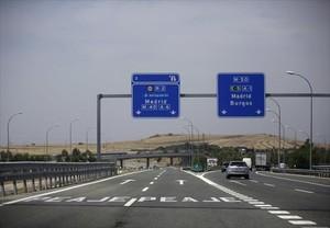 Desvío hacia la autopista de peaje del Aeropuerto de Madrid y hacia la autovía gratuita A-1.