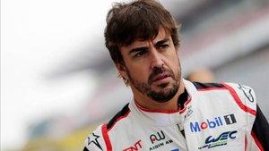 Fernando Alonso, en el paddock de Fuji