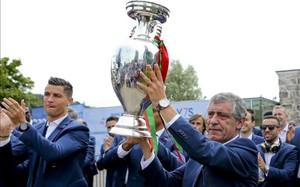 Fernando Santos, con la copa, junto a Cristiano Ronaldo
