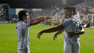 Gervasio Daniel Núñez, de Tucumán, celebra luego de anotar un gol con su compañero Luis Miguel Rodríguez