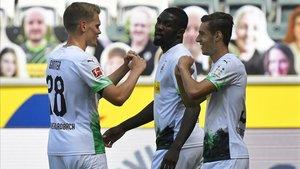 Ginter y Thuram celebran el 1-0 con Neuhaus